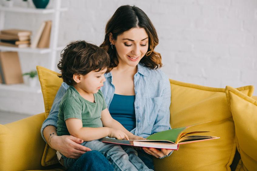 няня обучает читать ребенка